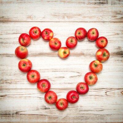 Obraz Czerwone jabłka serce drewnianym tle. Love koncepcji rocznika