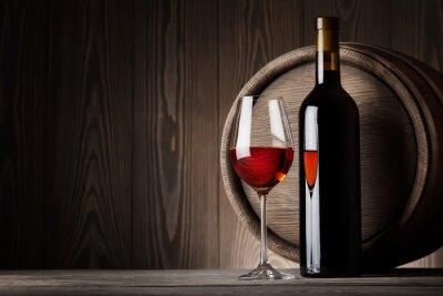 Obraz Czerwone wino w szkle z butelki