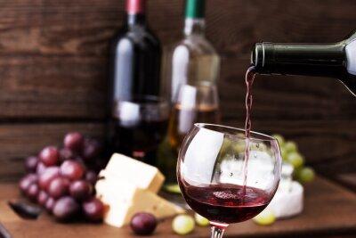Obraz Czerwone wino wlewając do szkła, z bliska.