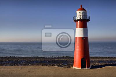Czerwono-biała latarnia morska na wybrzeżu Morza Północnego w Westkapelle
