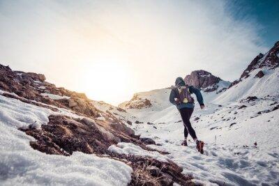 Obraz Człowiek działa na śniegu w górach