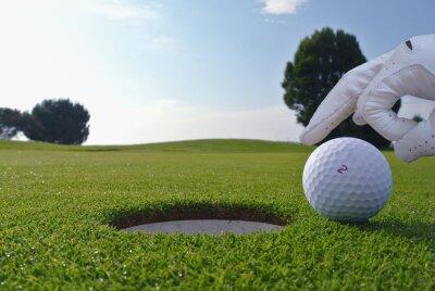 Obraz Człowiek, który wcisnąć w otwór piłki golfowej