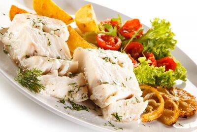 Obraz danie rybne - Filet z ryby gotowane, pieczone ziemniaki i warzywa