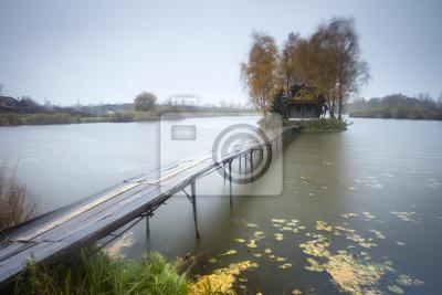 deszczowe dni wokół jeziora z samym gospodarstwie