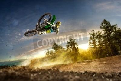 Obraz Dirt bike rider leci wysoko w godzinach wieczornych