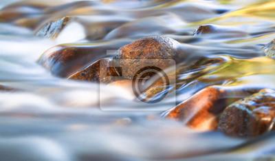 Obraz Długi ujawnienie mały strumień delikatnie płynie nad zaokrąglonymi skałami w Katedralnym pasma stanu parku, Wiktoria, Australia.
