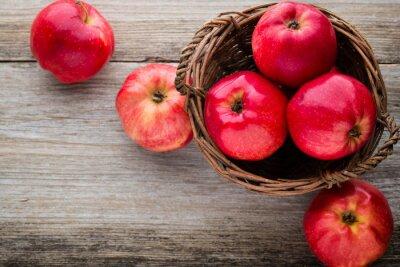 Obraz Dojrzałe czerwone jabłka na drewnianym tle.