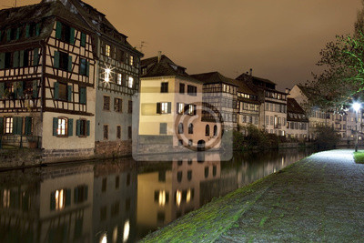 Domy w stylu niemieckim pobliżu kanału w Strasburgu, Francja