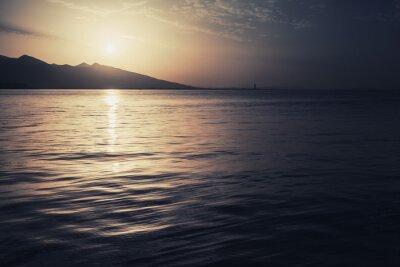 Obraz Dramatyczna kolorowy krajobraz. Morze, słońce i niebo