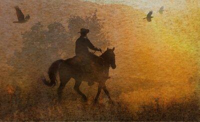 Obraz Dramatyczna konstrukcja kowboja i jego jazda konna na łące do zachodu słońca z wrony latania powyżej. Mixed media kawałek grafiki w fotografii i akwarelą.