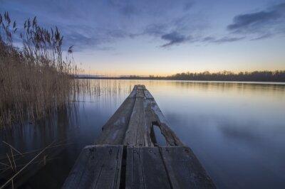 Obraz drewniany most nad rzeką w godzinach porannych