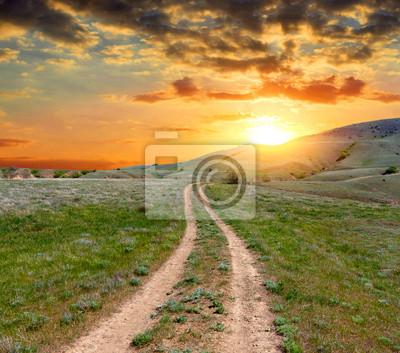 Droga na zielonej łące w górach