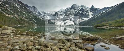 dużo kamieni w wodzie górach nad jeziorem w Polsce