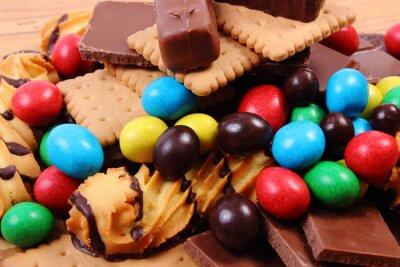Obraz Dużo słodyczy na powierzchni drewnianych, niezdrowe jedzenie