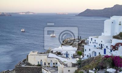 dwa jachty w morze i miasto Oia na Santorini