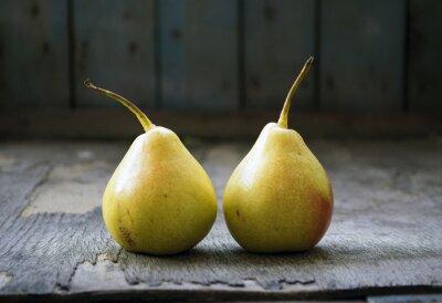 Obraz Dwie żółte gruszki bliźniaki na drewnianej podłodze, martwa natura