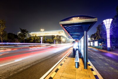 Obraz Dworzec autobusowy obok drogi w nocy