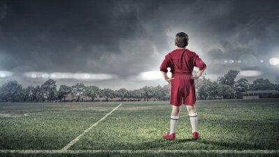 Obraz dzieciak chłopiec na boisku piłkarskim