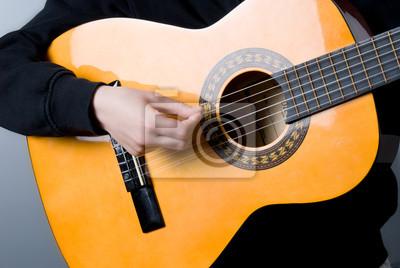Dzieciak, który gra na gitarze