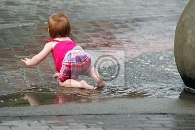 dziecko w fontannie