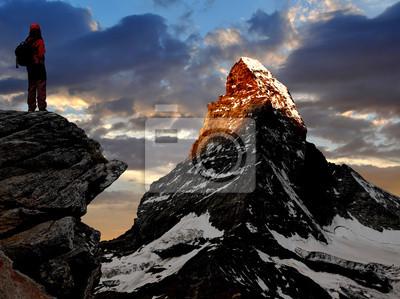 dziewczyna patrząc na piękne góry Matterhorn