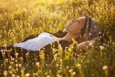 Obraz Dziewczyna w kapeluszu wśród kwiaty Dremet