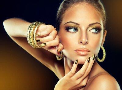 Obraz Dziewczyna z Złotego makijażu i paznokci metalu.