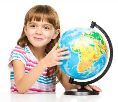 Obraz Dziewczynka jest badanie globu