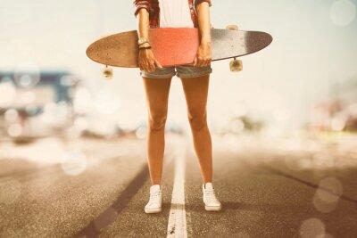 Obraz Dziewczynka trzyma Longboard