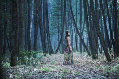 Obraz Dziewczynka w ciemnym lesie
