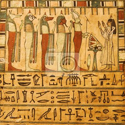 Egipscy bogowie i hieroglify malowane na kamieniu