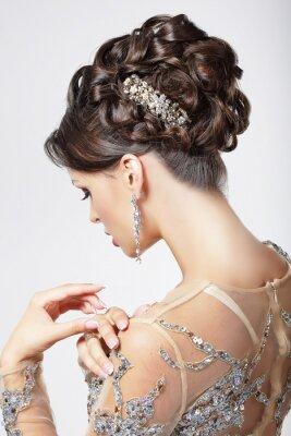 Obraz Elegance. Chic. Piękna Brunetka z klasą fryzurę. Luksus