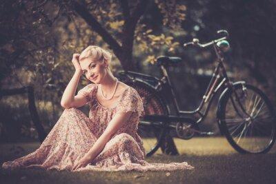 Obraz Elegancka retro kobieta w letniej sukience