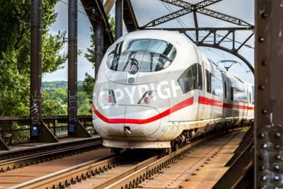 Obraz Elektryczne InterCity Express we Frankfurcie w Niemczech w letni dzień