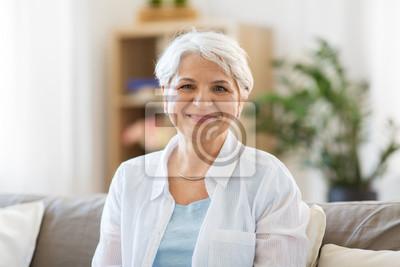 Obraz emocja, wiek i ludzi pojęcie - portret szczęśliwy starszy kobiety śmiać się