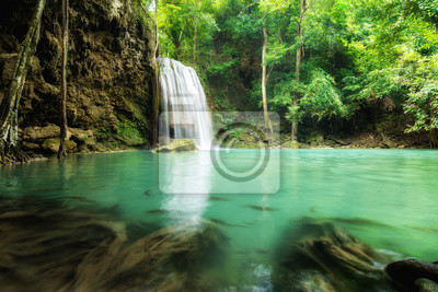 Erawan Wodospad jest piękny wodospad w lesie wiosny w Ka