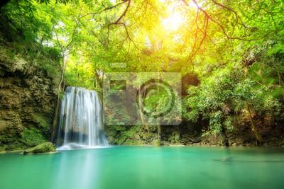 Erawan wodospad, piękny wodospad w wiosennym lesie w Tajlandii.