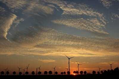 Obraz Farma wiatrowa w budowie o zachodzie słońca z Cirrocumuluswolken