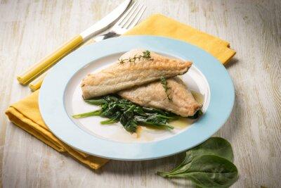 Obraz Filet z ryby ze świeżym szpinakiem