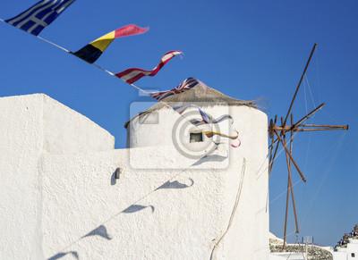 flagi i stary młyn na Santorini