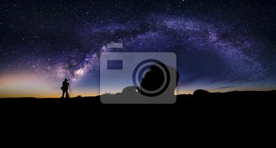 Obraz Fotograf robi astrofotografia w nocnego krajobrazu pustynnego z Drogi Mlecznej. Tło jest Stary ciał niebieskich w astronomii. Niebo przedstawia naukę i boskości.