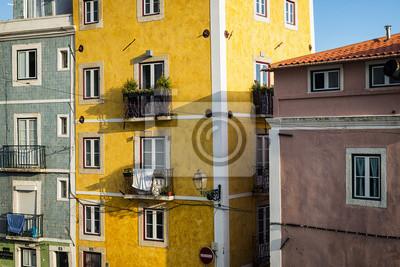 Fragment elewacji starych budynków w dzielnicy Alfama, Lizbona, Portugalia