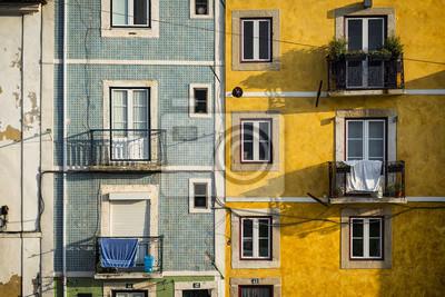 Fragment fasady starych budynków w dzielnicy Alfama, Lizbona, Portugalia