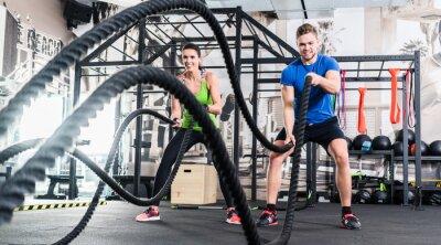 Obraz Frau und Mann im Fitnessstudio liny bitwy mit