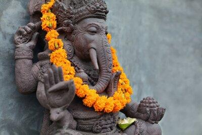 Obraz Ganesha z balinese maski Barong siedzi przed świątynią. Ozdobiony na festiwal religijny przez naszyjniki kwiatu pomarańczy i uroczystą ofertę. Podróże tła, wyspa Bali sztuki i kultury.