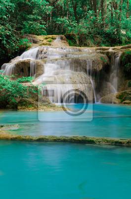 Głębokie lasu wodospad w Kanchanaburi