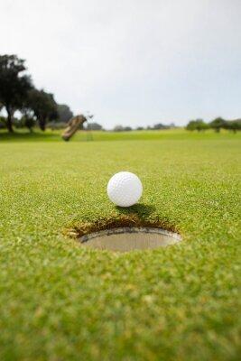 Obraz Golf piłkę na krawędzi otworu