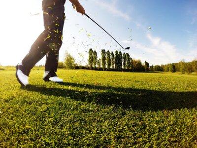 Obraz Golfista wykonuje rzut golfa z torami.