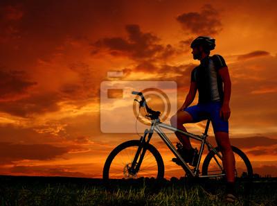 górskim rowerzysta sylwetka w sunrise