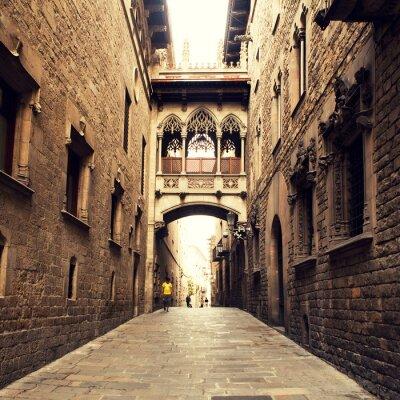 Obraz Gothic ulicy z łuku w Barcelonie, w pobliżu katedry.